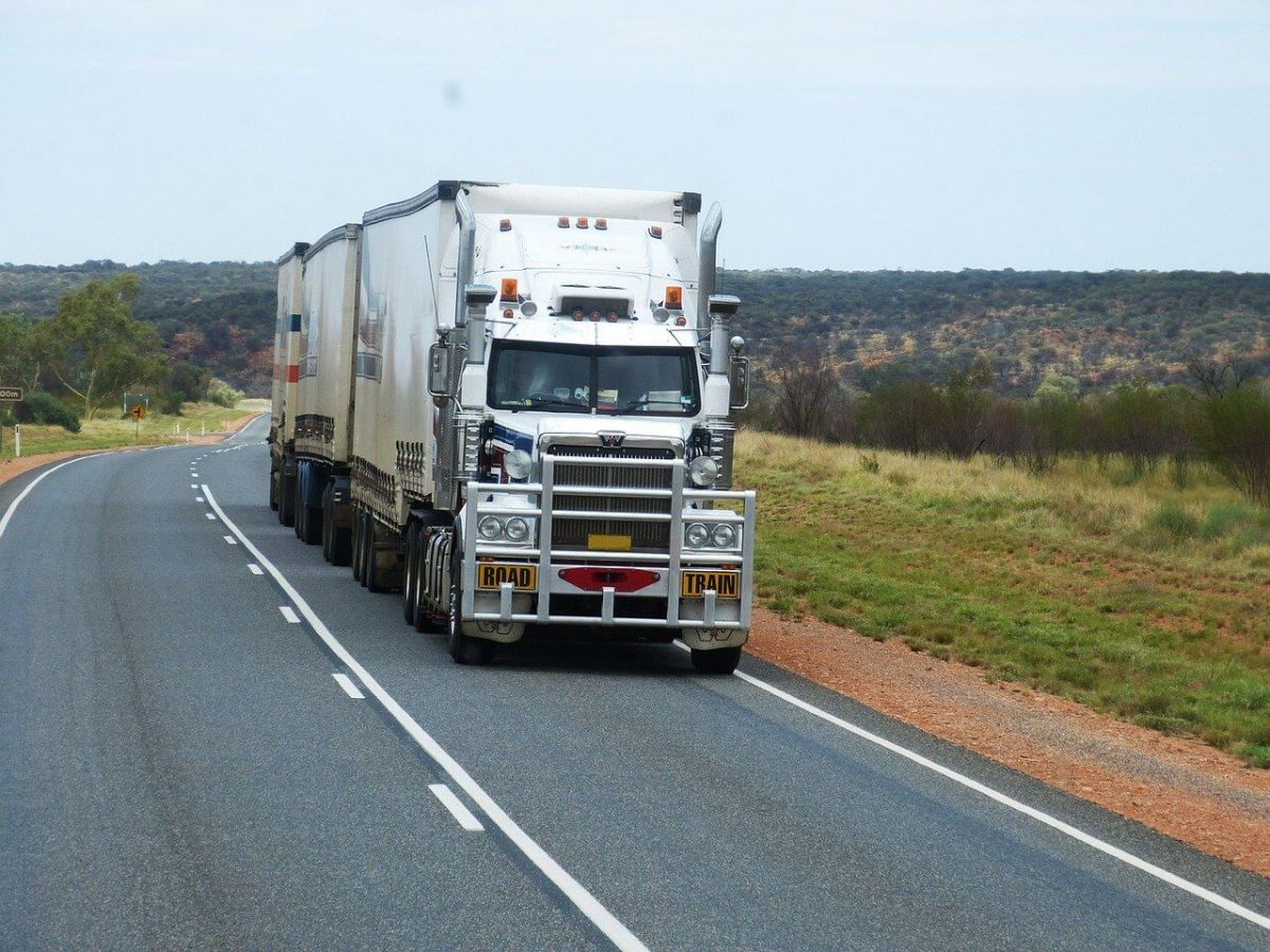 semi-trailers-534577_1280 (1)